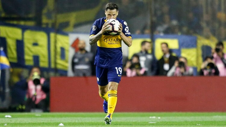 Mauro Zárate besa la pelota después del gol de Boca (Nicolás Aboaf)