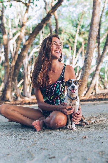 Mariana vive feliz en la selva a un minuto del mar con su perrita Lima