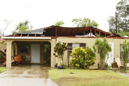 Una casa en Brownsville, Texas, dañada por un posible tornado que se formó tras el paso de Hanna (Miguel Roberts/The Brownsville Herald via AP)