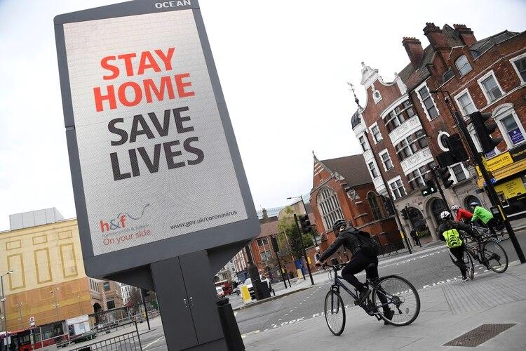 Un cartel publicitario pide a la población que se quede en sus hogares (Reuters)
