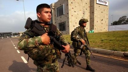 Miembros del ejército colombiano montan guardia