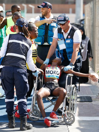 Ngleya Moko tuvo que ser retirada de la pista en silla de ruedas (EFE)