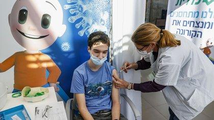 Israel ya vacuna a adolescentes (JACK GUEZ / AFP)