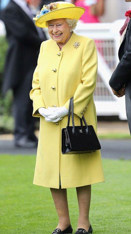 Uno de los outfits fetiches de la reina Isabel II. Los prefiere en monocrome y el amarillo es uno de sus colores más utilizados (Getty)