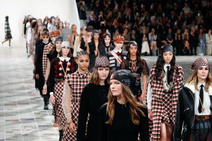 Las bandanas y pañuelos que llevaron las modelos de Dior en este nuevo desfile que presento Maria Grazia Chiuri en París