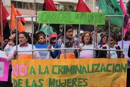 """""""No a la criminalización de las mujeres"""", es una de las consignas detrás del reclamo por la despenalización y legalización del aborto (Mumala de Tucumán)"""