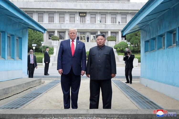 El presidente de EEUU, Donald Trump, y el líder norcoreano Kim Jong, en la línea de demarcación militar en la zona desmilitarizadaque separa las dos Coreas, en Panmunjom, Corea del Sur, el 30 de junio de 2019.
