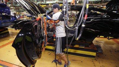 Un trabajador de la planta Flat Rock de Ford, en Michigan (AP)