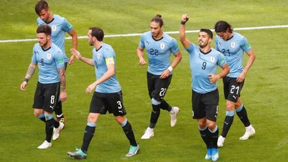 Soccer Football – World Cup – Group A – Uruguay vs Russia – Samara Arena, Samara, Russia – June 25, 2018   Uruguay's Luis Suarez celebrates scoring their first goal with team mates    REUTERS/David Gray