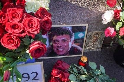 El retrato del político opositor ruso Boris Nemtsov en el lugar de su asesinato en el sexto aniversario de su muerte, en el centro de Moscú, Rusia 27 de febrero de 2021. REUTERS/Tatyana Makeyeva