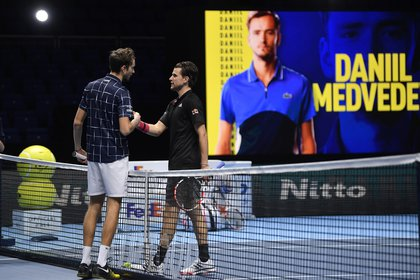 Medvedev se limitó a saludar a su rival y recibir el trofeo - REUTERS/Toby Melville