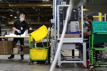 Trabajadores de la manufactura de Honeywell crean máscaras faciales de protección en una línea de ensamblaje en Phoenix, Arizona (REUTERS/Tom Brenner/Archivo Foto)
