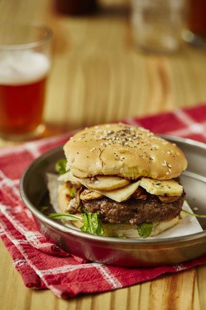 """La hamburguesa """"Belmonte"""" de DelToro cuenta con 160 grs. de carne vacuna, queso brie, rúcula y cebolla caramelizada"""
