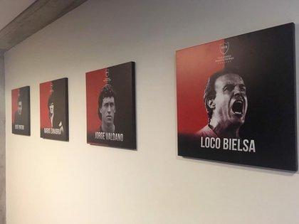 La imagen de Bielsa junto a Jorge Valdano, Mario Zanabria y René Pontoni