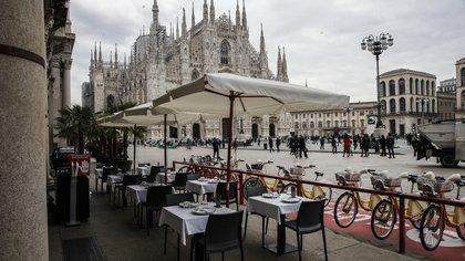 Mesas vacías en un restaurante en la Plaza del Duomo en Milán, Italia (AP)