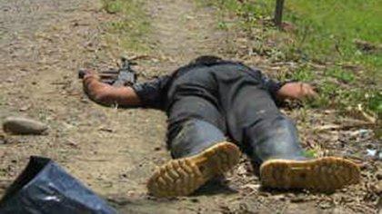 Los cuerpos de las víctimas de 'falsos positivos' aparecían vestidas de camuflado con un arma en las manos.