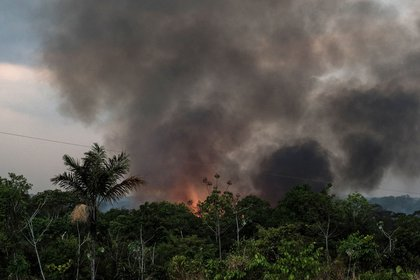 Smoke rises during a fire close to the Madeira River in the Amazon rainforest near Porto Velho, Rondonia state, Brazil, on Sunday, Aug. 25, 2019. The world's largest rainforest, Brazil's Amazon, is burning at a record rate, according to data from the National Institute of Space Research that intensified domestic and international scrutiny of President Jair Bolsonaro's environmental policies. Photographer: Leonardo Carrato/Bloomberg