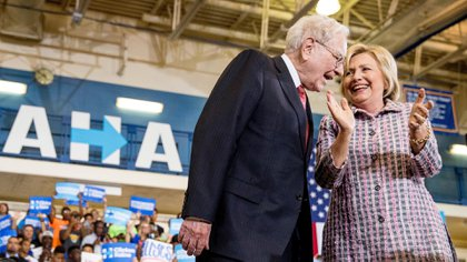 Warren Buffet con Hillary Clinton. El empresario es uno de los grandes aportantes a la campaña de la ex Secretaria de Estado norteamericana