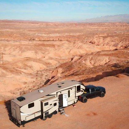 El motorhome de los Rossi en el desierto. Su vida no tiene límites físicos @totalmenteperdidos
