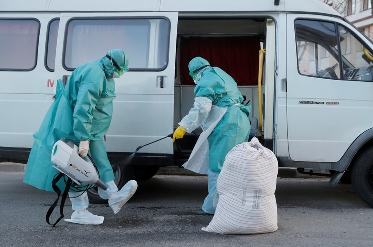 Médico desinfectan sus trajes y botas en Minsk, Belarus frente al avance del coronavirus - REUTERS/Vasily Fedosenko