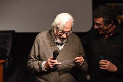 Olivera recibe su claqueta de parte del director Carlos Abbate