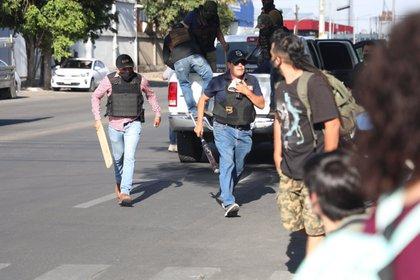 Reportes señalaron que los civiles armados con palos y bates trataban de impedir que los manifestantes se acercaran a las instalaciones de la Fiscalía (Foto: Twitter@MetropolitanoAg)