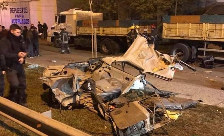 Los restos del auto donde fallecieron las víctimas.