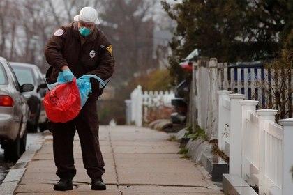 Un paramédico guarda su equipo protector en una bolsa en Boston, Massachusetts (REUTERS/Brian Snyder)
