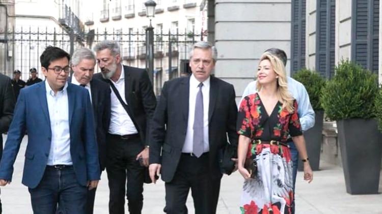 Alberto Fernández en Madrid, saliendo del Parlamento español. Atrás se observa a Felipe Solá que está muy cerca de la Cancillería, si el Frente de Todos derrota a Juntos por el Cambio