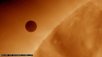FOTO DE ARCHIVO: Imagen  cortesía de la NASA que muestra el planeta Venus al inicio de su tránsito del Sol, 5 de junio de 2012. (REUTERS / NASA / AIA / Observatorio de Dinámica Solar)