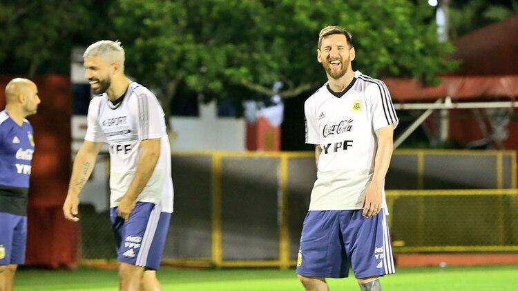 Momento divertido entre Agüero y Messi, compañeros de habitación en el hotel donde se concentra la Selección (Foto: @Argentina)
