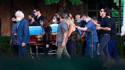 Guillermo Coppola, hermanos de Diego y sus hijas -Dalma, Gianinna y Jana- llevaron las manijas del cajón de Maradona