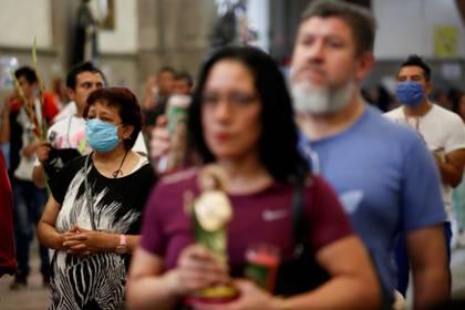 Fieles asisten a una misa en Ciudad de Mëxico (REUTERS/Gustavo Graf)