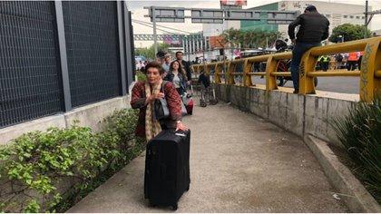Docenas de pasajeros tuvieron que caminar kilómetros para no perder sus vuelos (Foto Twitter @CarlosLoret)
