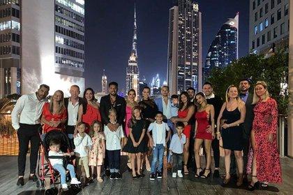 Natalie Weber y Mauro Zárate celebraron su aniversario junto a sus hijos y amigos de la pareja en Dubai