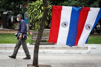 Un hombre usa un tapabocas en el centro de Asunción. EFE/Nathalia Aguilar