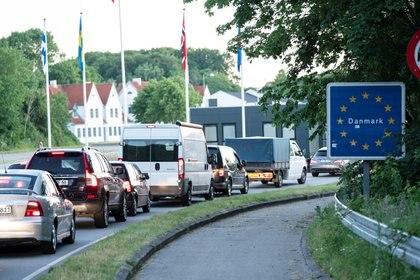 Filas de autos esperando a cruzar en la frontera alemana con Dinamarca (Reuters)