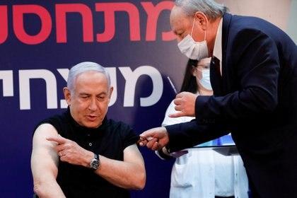 Israeli Prime Minister Benjamin Netanyahu receives Pfizer's coronavirus vaccine.  REUTERS / Amir Cohen / Pool