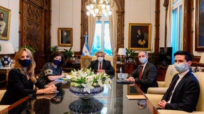 Alberto Fernández, la secretaria Carla Vizzoti y la asesora presidencial Cecilia Nicolini recibieron a dos asesores de Andrés Manuel López Obrador que lideran la lucha contra el COVID-19 en México