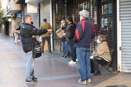 En gran parte, quienes hacen la fila son beneficiarios de planes sociales que tienen tarjeta de débito.  (fotos: Maximiliano Luna)