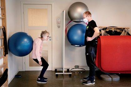 El fisioterapeuta Mads Jessen atiende a una en Hvidovre, Dinamarca, el 20 de abril de 2020. (Ritzau Scanpix/Liselotte Sabroe vía REUTERS)