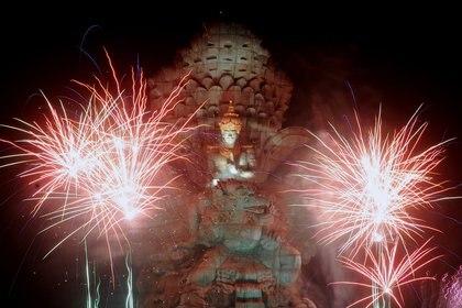 Fuegos artificiales explotan sobre la estatua de la Kencana de Garuda Wisnu durante las celebraciones de Año Nuevo en Bali, Indonesia (Antara Foto/Fikri Yusuf/ via REUTERS)