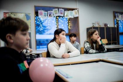 Los alumnos asisten a una clase en la apertura de la escuelas tras el confinamiento por la pandemia de coronavirus, en la escuela Tved en Svendborg, en la isla de Funen, Dinamarca, el 8 de febrero de 2021. Ritzau Scanpix / Tim Kildeborg Jensen a través de REUTERS