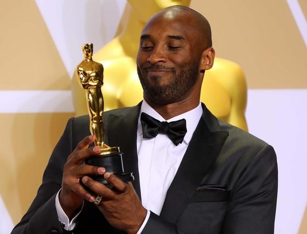 "El ex NBA Kobe Bryant con su premio por ""Dear Basketball"" (REUTERS/Mike Blake)"