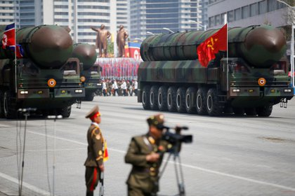 Misiles balísticos intercontinentales (ICBM) pasan frente al estrado con el líder norcoreano Kim Jong Un y otros altos funcionarios durante un desfile militar que marcó el 105 aniversario del nacimiento del padre fundador del país, Kim Il Sung, en Pyongyang, Corea del Norte 15 de abril de 2017 (Reuters/ Damir Sagolj/ Foto de archivo)