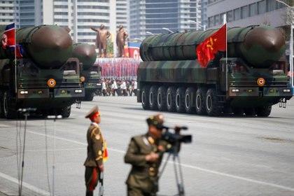 FOTO DE ARCHIVO: Misiles balísticos intercontinentales (ICBM) son exhibidos frente a la tribuna con el líder norcoreano Kim Jong-un y otros altos funcionarios durante un desfile militar en Pyongyang, Corea del Norte, el 15 de abril de 2017. REUTERS/Damir Sagolj
