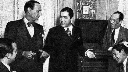 Carlos Gardel al lado de sus amigos, seguramente compartiendo alguna divertida anécdota. (Archivo Museo Casa Carlos Gardel)