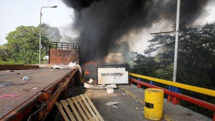 Un camión que transportaba ayuda humanitaria fue incendiado por el régimen de Nicolás Maduro (REUTERS/Marco Bello)