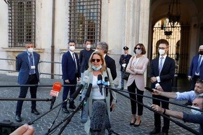 La fiscal de Bergamo, Maria Cristina Rota, habla con los medios de comunicación fuera del Palacio Chigi, después de escuchar al Primer Ministro de Italia Giuseppe Conte, al Ministro de Salud Roberto Speranza y a la Ministra del Interior Luciana Lamorgese (Reuters)