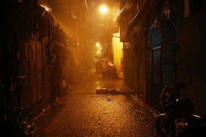 La lluvia moja el cuerpo de un hombre asesinado a tiros por hombres armados no identificados en un callejón de Manila. Las ONG de derechos humanos atribuyen muchas de las aproximadamente 5.000 muertes a la guerra contra las drogas. (Reuters)